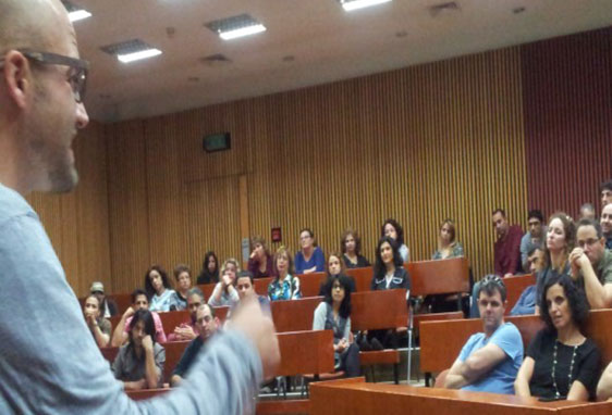 Picture of a lecturer in front of an audience